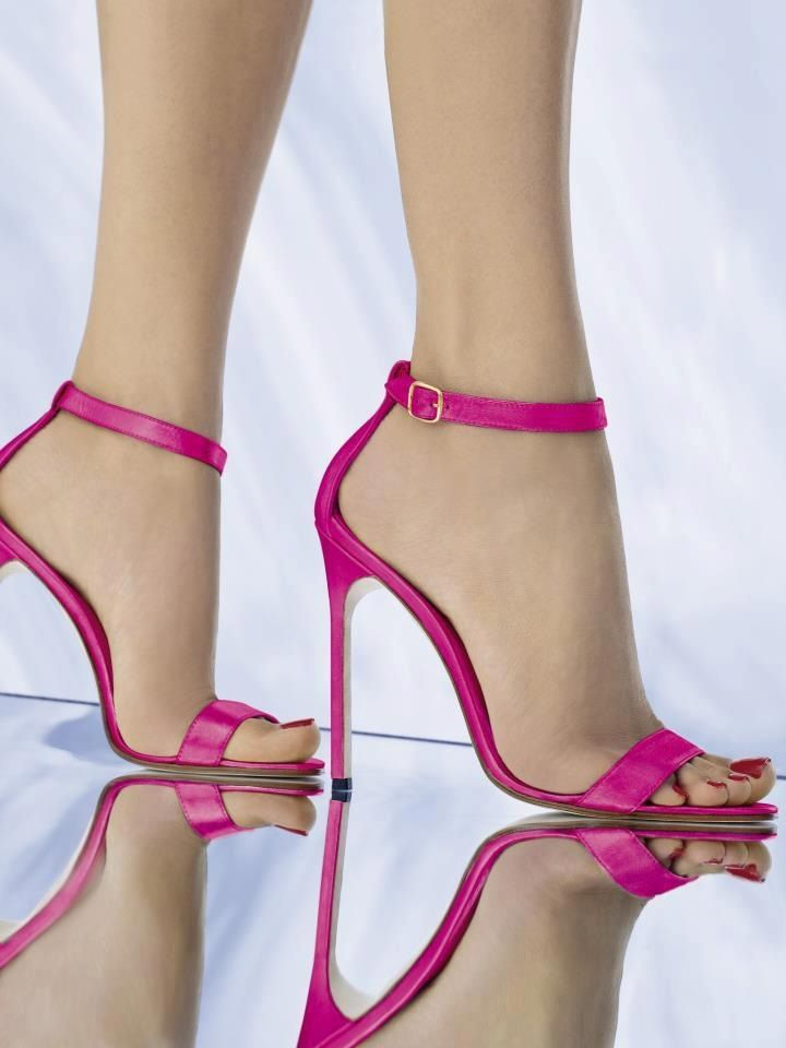 Fuchsia Ankle Strap High Heeled Sandals. Tacchi Close-Up #Shoes #Tacones #Heels