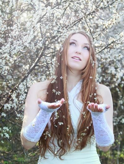 Tyhle fotky lesní víly, byly mé první :) A jak k tomu došlo? Náhodou jsem na internetu objevila poptávku po holce s přírodními dlouhými vlasy. A bylo to! Toho dne jsem taky poznala úžasnou fotografku a skvělého človíčka, Ladku Skopalovou a tak vznikly tyhle krásné fotky. :) Fotky jsou z dubna roku 2014. Musím taky zpětně říct, že jsem moc vděčná, za takové nádherné zvěčnění mých dlouhých vlasů. Přesně rok a 5 měsíců poté, jsem o ně totiž přišla...
