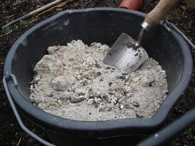 Usos para la ceniza de madera   1. Neutraliza olores en mascotas. Frotar un puñado sobre su pelaje, neutraliza el olor persistente. 2. Oculta manchas en la pavimentación. Al rociar las cenizas directamente sobre el terreno. 3. Enriquece compost. Antes de que el compuesto orgánico se aplique al suelo, mejora sus nutrientes esparciendo un poco de ceniza. Agregando demasiado, sin embargo, se puede arruinar la mezcla robándole nitrógeno al abono. 4. Bloquea las plagas del jardín. Extienda ...
