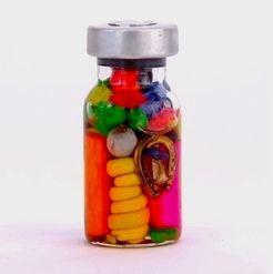Sjamanenflesje: Deze traditionele talisman met erg kleurrijke inhoud wordt door de indianen in Peru en Bolivia gebruikt bij rituelen om geluk en voorspoed te brengen.     Het flesje bevat wortels van planten, zaden, andere natuurlijke materialen en amuletten.  Een mooi cadeautje voor jezelf, voor op je altaar en om kado te geven.