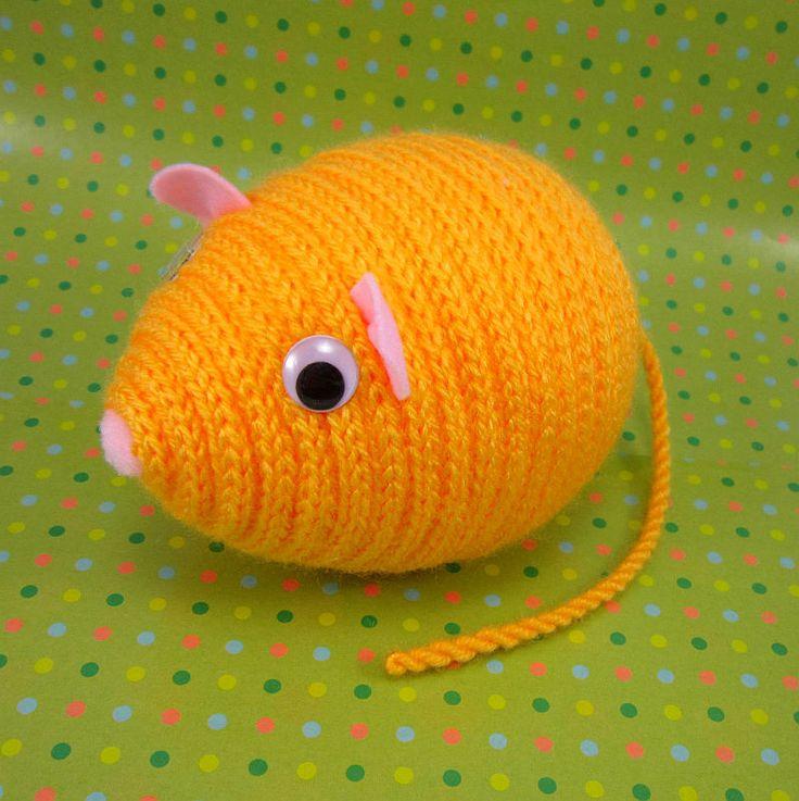 Žlutá myška Žofinka Dekorační žlutá myška Žofinka je zhotovena z polystyrenového vajíčka, akrylové příze a plsti. Myška je vhodná k dekoraci nebo jako hračka pro děti. Rozměry: délka 14 cm, výška 10 cm, délka ocásku:17 cm celá myší školka