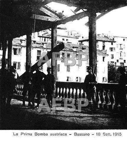 La prima bomba austriaca caduta sul ponte di legno di Bassano del Grappa