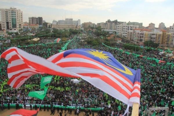 La bandera de Malasia fue orgullosamente ondeada durante una manifestación con motivo de la victoria palestina en Gaza el 8 de diciembre de 2012