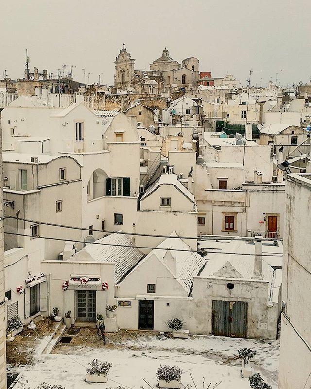 Mi tagliate i cavi elettrici per favore? Grazie a @michpast per il caffè e il panorama! #winter #winterisnow #igit_puglia #streetphoto #streetphotography #white #italian_trip #loves_landscape #ok #ok_streets #ok_city #mine_street #loves_madeinitaly #apuliatravels #thisispuglia #pugliastyle #ig_worldphoto #corrieredellepuglie #coloridipuglia #puglia #italy #southitaly  #feelfree #livelaughlove