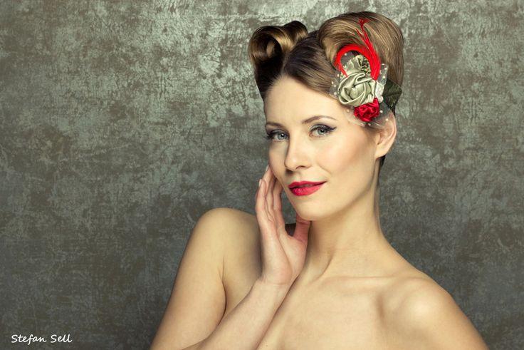 Salbeigrün & Rot Seide Röschen Fascinator von Billies goes Jazzafine auf DaWanda.com