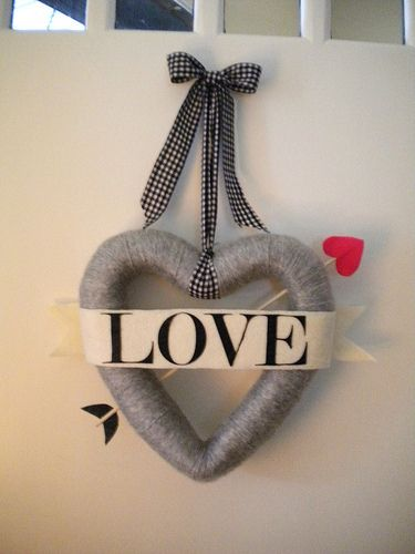 bow and arrow valentine wreath tutorial - need a door wreath for February!