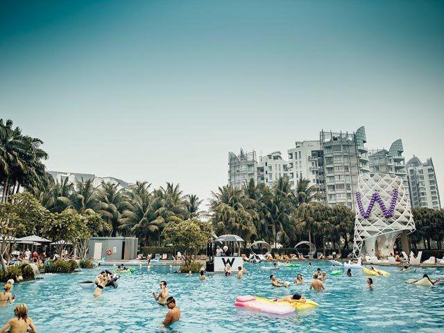 今日セントーサ島にある『W Hotel』のプールパーティー来ませんか
