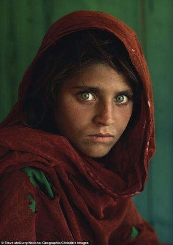 Tomada por Steve McCurry para National Geographic, muestra a una niña refugiada en Pakistán.