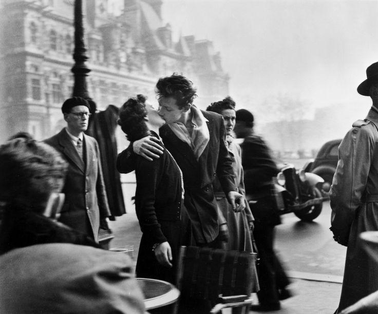 """""""Le Baiser de l'hôtel de ville"""" est une célèbre photographie en noir et blanc du photographe français Robert Doisneau. Prise en 1950 à..."""