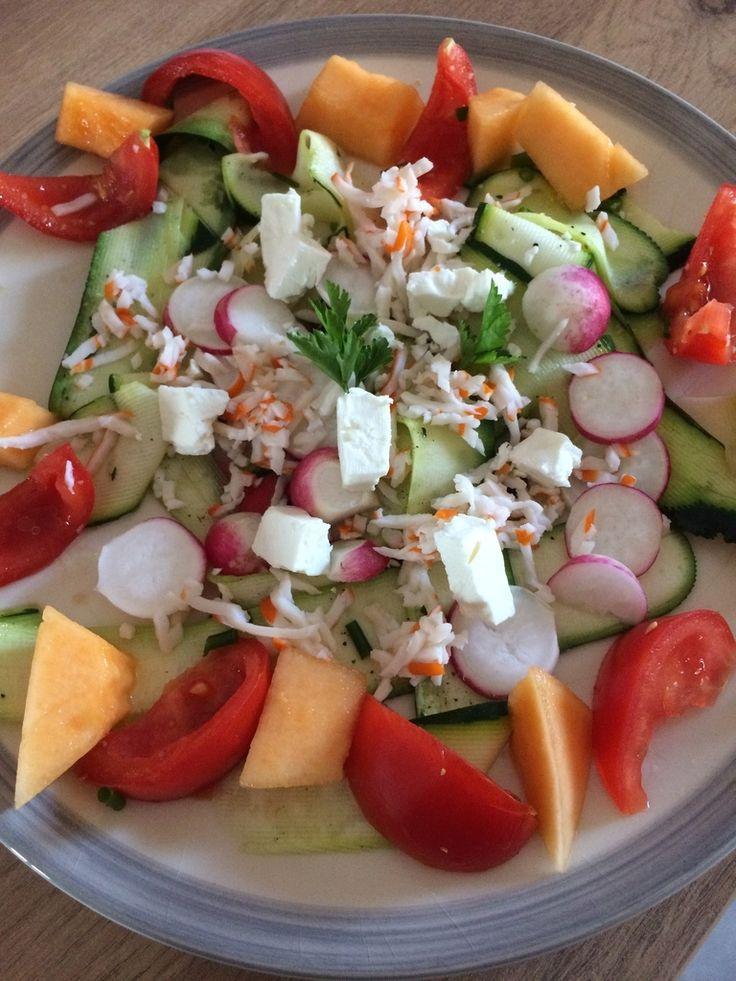 Voici une salade méli mélo sucrée-salée idéale pour un soir : Rapide à réaliser, ce genre de salade se compose de vos envies. Pour ma part, je suis allée au jardin chercher mes radis et la laitue. Puis j'ai marié avec ce qui traînait dans le frigo. Egayez...