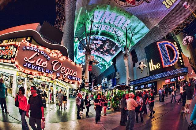 Guide to free things to doin Las Vegas - shows and attractions on the Strip at MGM Grand, Luxor, Bellagio, Venetian and other hotels and casinos