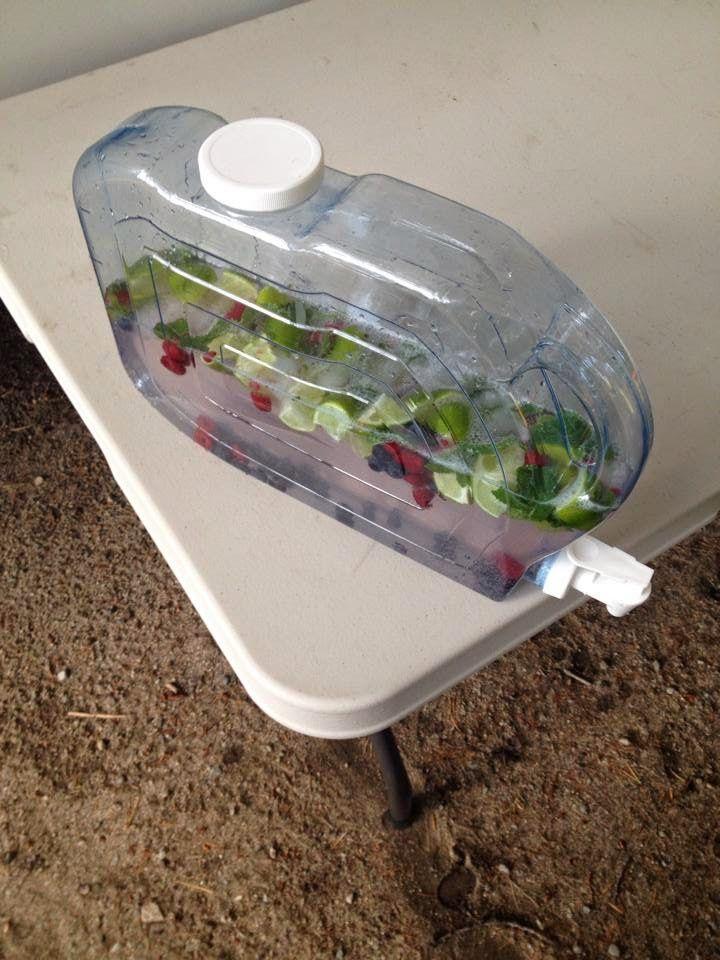 Petits conteneurs de boissons diverses au frigo : mojito, thé glacé, eau...