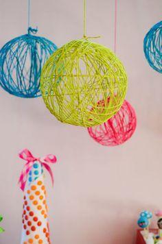 ボールと同じ色の糸で、それぞれを天井から吊るすだけでもかわいい!パーティーの演出にもぴったりですね♪