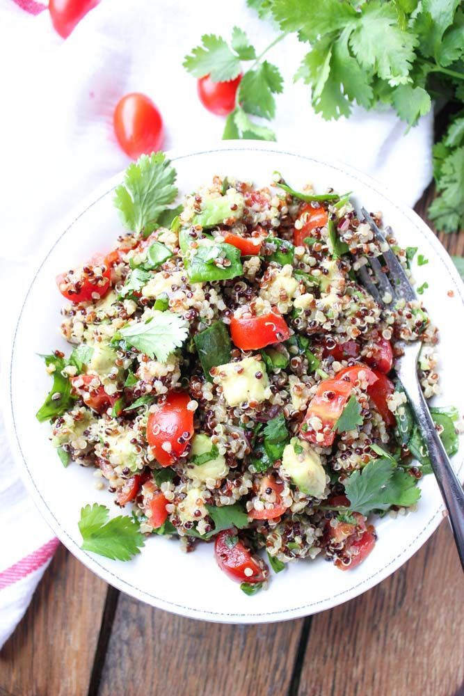 Superfoods quinoa salad with avocado, spinach and tomatos. Tossed in a zesty Greek vinaigrette for meatless lunch (GF)   littlebroken.com @littlebroken