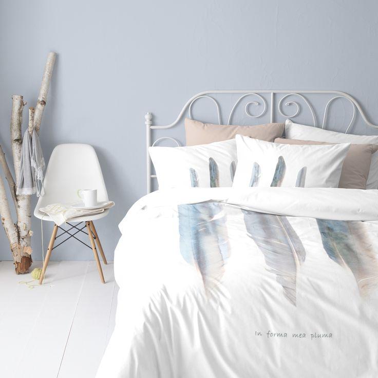 Dromerig is het satijnen dekbedovertrek Ivi van Cinderella. De transparante pastelkleurige veren zijn afgebeeld op een witte ondergrond, wat een romantisch en luchtig effect geeft. #cinderella #ivi #duvet #cover #dekbedovertrek #bedroom #slaapkamer #neutral #pastel #lightblue #white #dreamy #vibes