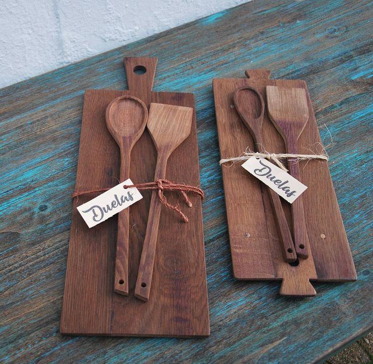 Las tablitas posando con sus cubiertos. Todo hecho artesanalmente con madera de …