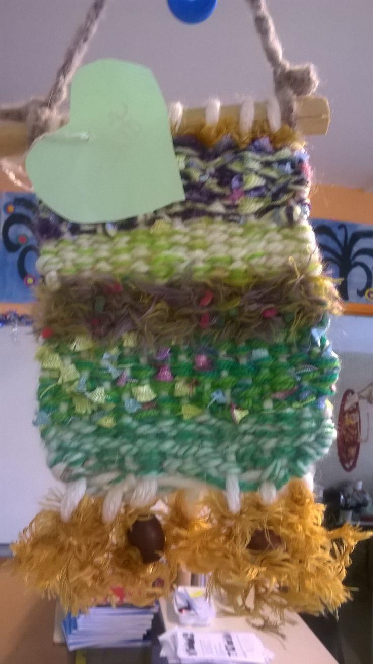 tissage mural fait par des enfants de  CP pour la fête des parents. Métier à tisser fabriqué en carton plume, laines et rubans