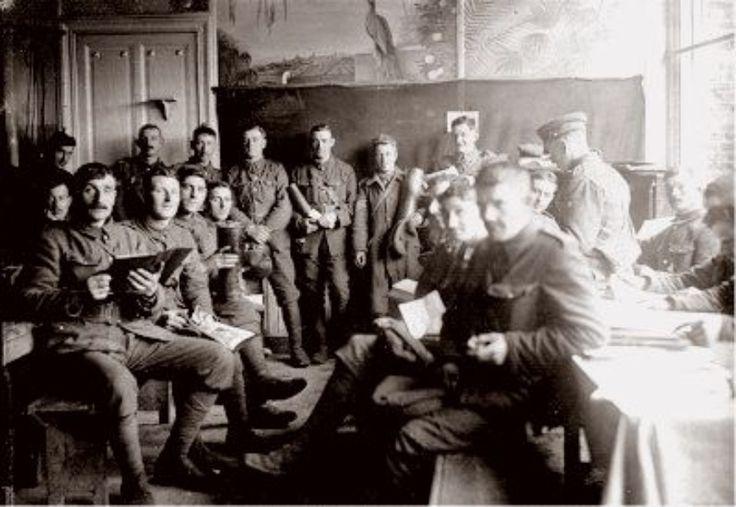 Soldaten en boeken: tegenstrijdig? Tijdens WO I was het Talbot House te Poperinge een toevluchtsoord voor Britse soldaten. Ze zochten er ontspanning na het krijgsrumoer. Er was een concertzaal, een kapel, een mooie tuin en een bibliotheek. Om een boek  te lenen gaf je uw kepie in pand en nam het boek mee naar eender welk plaatsje in het huis of de tuin. Op deze foto uit 1915 poseren de soldaten   in de kantine van het Talbot House.
