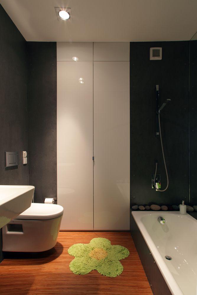 Koupelna je obložena netradičně fasádovými cembonitovými deskami. Zaujmout může také nízká vana, která kombinuje výhody sprchového koutu a klasické vany - ProŽeny.cz