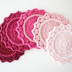 Make a beautiful set of ombre crochet coasters. Great crochet project for beginners. Full tutorial with step-by-step photography.