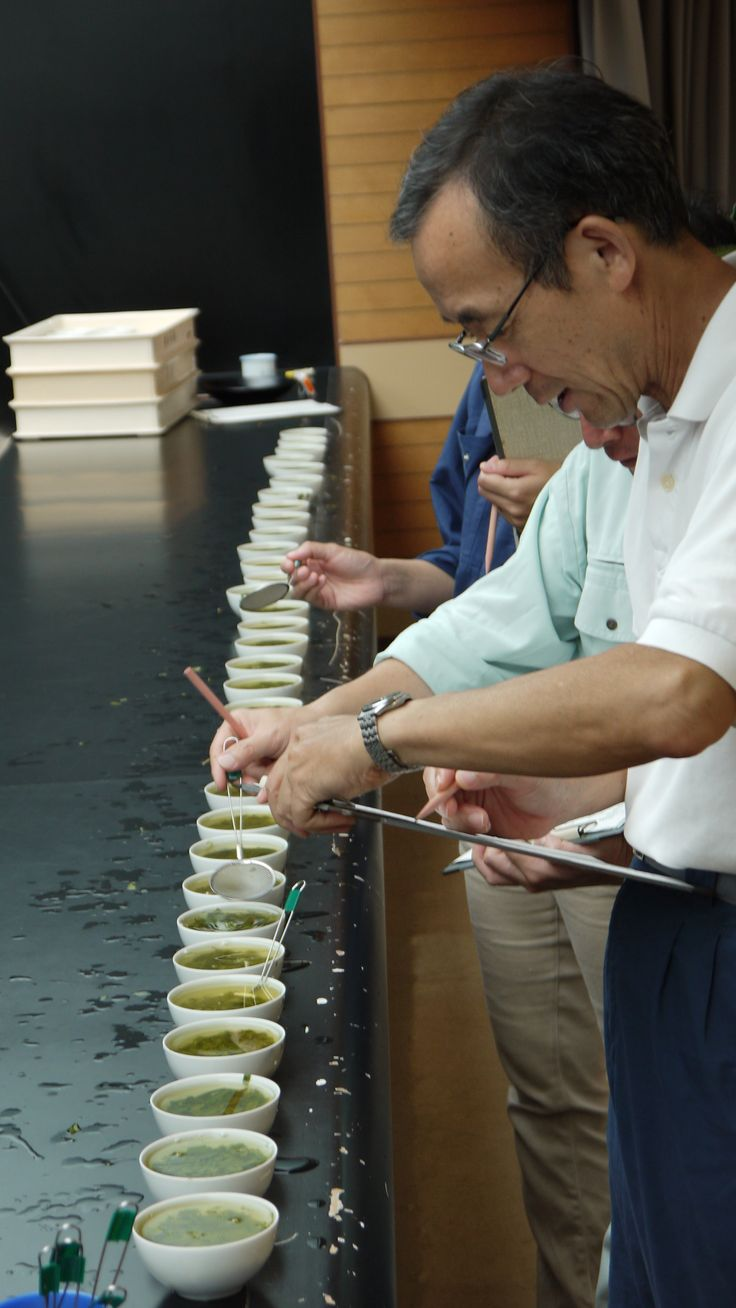 A judge comparing various teas at the Chaken center.