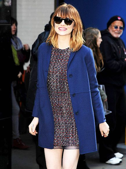 Emma Stone was all smiles as she showed off her new hair-do! We dig her fresh bangs and shorter locks, not to mention her two-toned cat-eye sunnies!: Emma Emma, Emma Stones 3 435 Jpg 435 580, Cities, Good Mornings America, Big Bangs, Fresh Paparazzi, Blue Coats, Stones Photo, Good Morning America