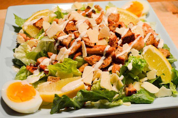 Pääsiäisenä voit syödä myös salaattia. Rapeat kaurakrutongit Uotilan KultaKaura-leivästä kruunaavat Caesarsalaatin.