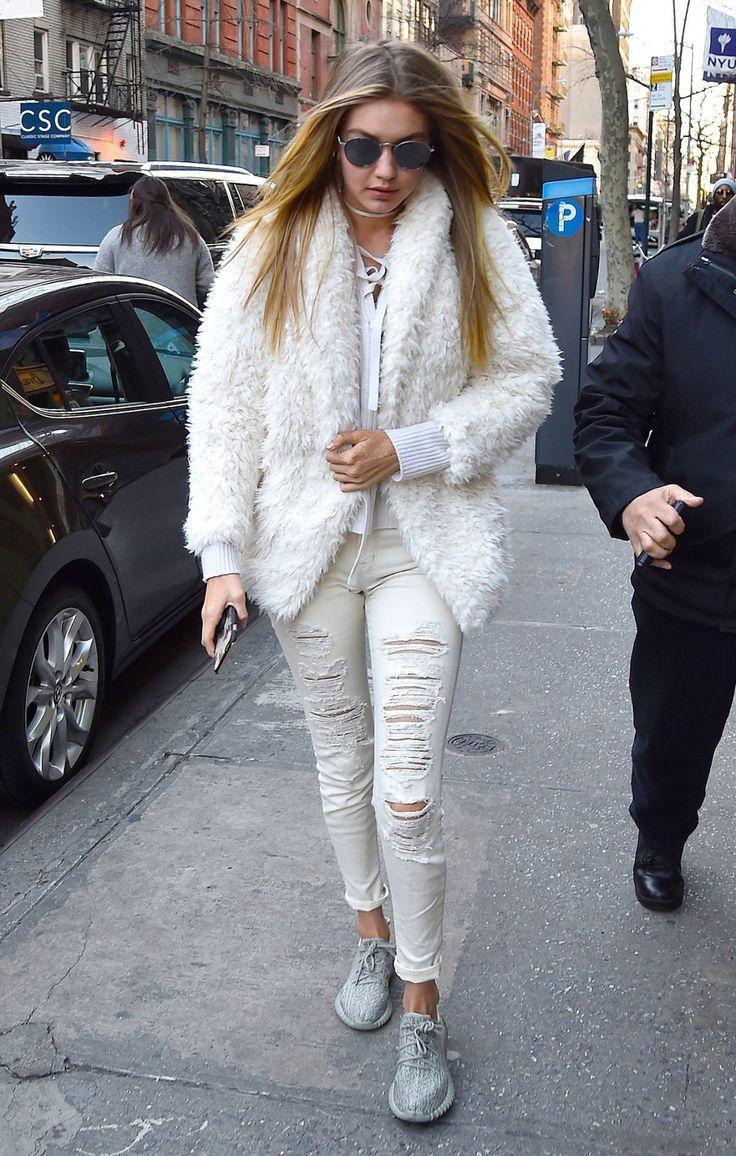 Gigi Hadid sait que le blanc se porte l'hiver et que la fourrure sera reine en 2017 !