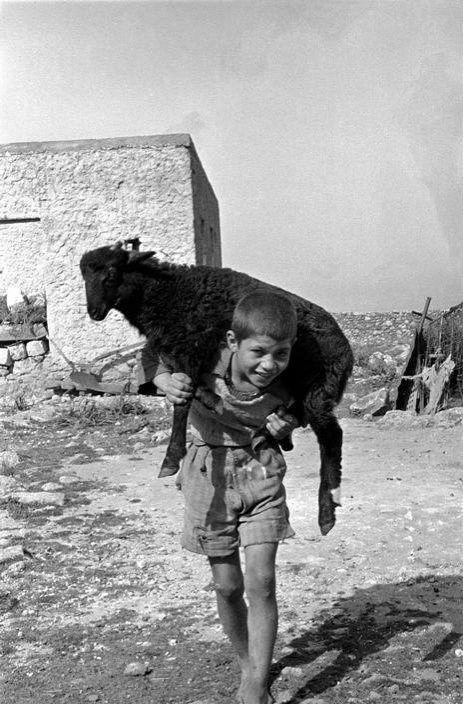 Κρήτη, 1955, φωτό: Erich Lessing – παιδί με κατσίκα