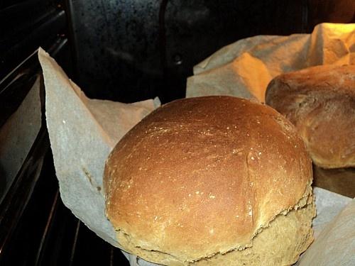Wat je nodig hebt is een mixer om het beslag te kneden wat je natuurlijk ook met de hand kunt doen, maar omdat ik altijd 2 a 3 broden tegelijk bak is me dat te veel werk en gebruik ik de mixer met deeghaken. 3 x keer 15 a 20 minuten een deeg kneden is heel zwaar werk en met de mixer gaat het goed. Verder heb je bak papier nodig voor het brood op te leggen want ik doe het niet in bakblikken omdat ik het zo veel traditioneler vind.