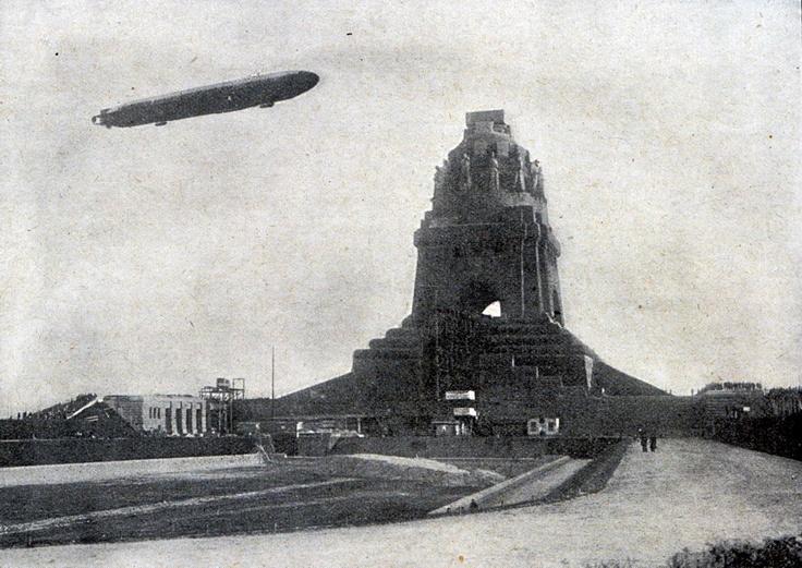 Zeppelin Luftschiff Hansa über dem Völkerschlachtdenkmal in Leipzig