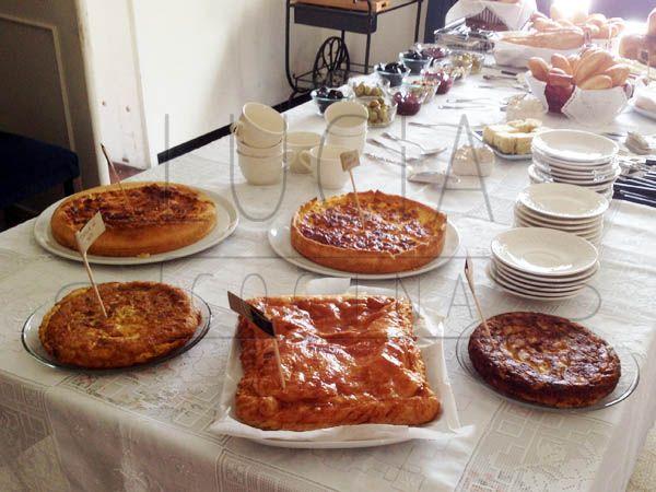 Las quiche, el pastel de jamón y quesos y las tortillas de papa en la mesa http://luciacocinabogota.blogspot.com/2014/05/primera-comunion-tipo-brunch.html