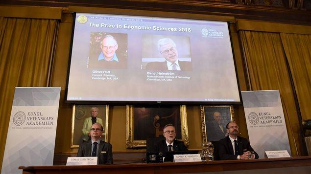 Le prix Nobel d'économie 2016 a été attribué aux économistes Oliver Hart, d'origine britannique, et Bengt Holmström, d'origine finlandaise, «pour leurs contributions à la théorie des contrats», a annoncé lundi l'Académie royale des sciences de Suède.