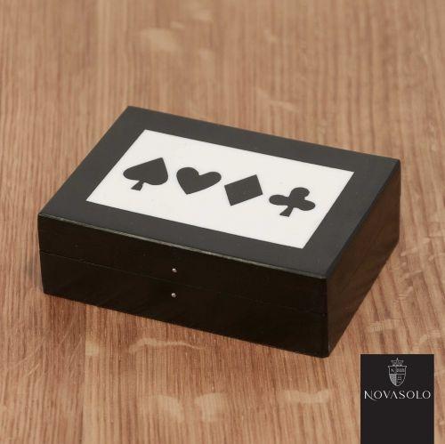 Flott Mayfair kortboks med kortstokk.Mål:Lengde 12 cmBredde 8 cmHøyde 3 cmMateriale:TreVarenummer:550242
