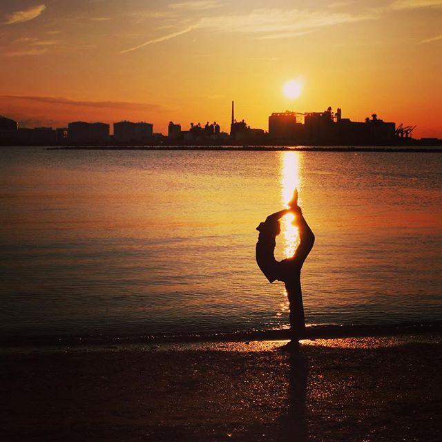 【ir_takumi】さんのInstagramをピンしています。 《夕日を背景にビールマンスピンのポーズをとってみた。 #ストレッチ #柔軟 #開脚 #海 #splits  #oversplits #oversplit  #backbend #ballet #太陽光 #stretching #ヨガ #柔軟性 #yoga #海浜公園 #夕焼け #夕日 #夕暮れ #海 #砂浜 #I字バランス #Y字バランス #体幹 #体幹トレーニング #180度開脚 #後屈 #ビールマンスピン #ビールマン #contortion #ノガラ #フィギュアスケート》