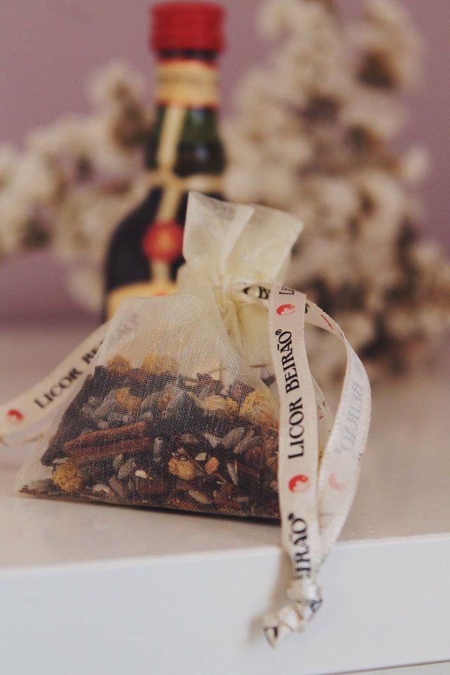 As miniaturas contêm 5 centilitros do Licor de Portugal e os saquinhos contêm algumas das sementes e plantas aromáticas que constituem esta fórmula secreta! Cada pack - de 15 ou 25 unidades - traz a mesma quantidade de miniaturas e saquinhos em organza com sementes.