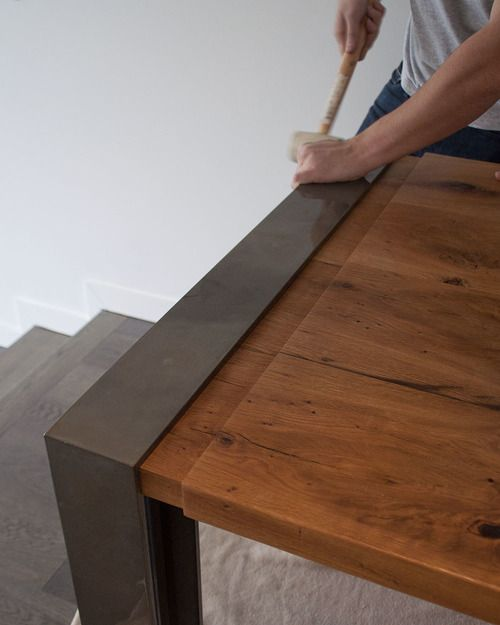 La instalación de madera y mesa de metal.