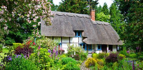 Fachwerkhäuschen mit Cottage-Garten (Foto: Shutterstock/mubus7)