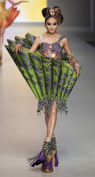 Guo Pei. Ok, where in the world would you wear this thing?! Thanks but no thanks..............