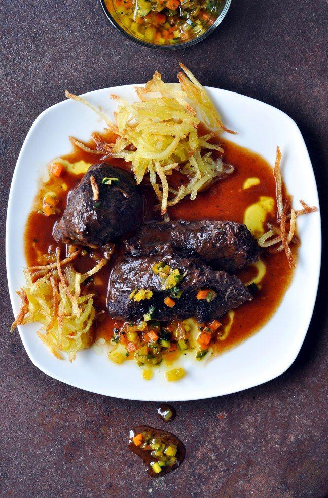 Geschmorte Ochsenbacken mit Kartoffelstroh und Gremolata