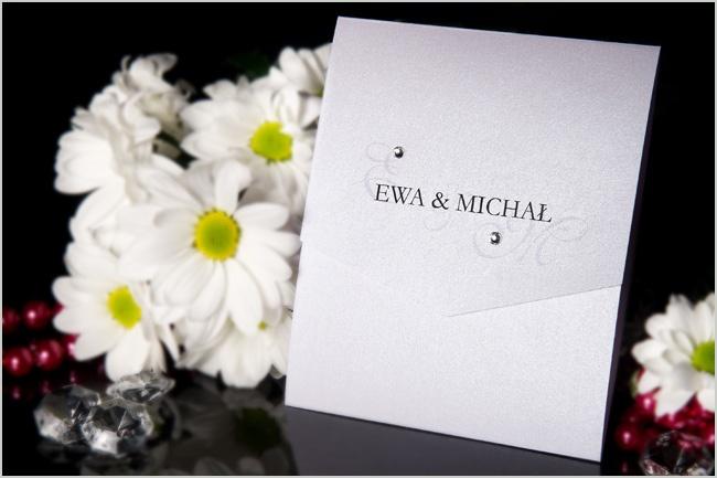Piekne zaproszenia ślubne z cyrkoniami o kształcie podłużnej koperty: http://www.zjakzaproszenia.pl/2011/12/20/podluzna-koperta-z-papieru-perlowego-bialego-lub-ecru/