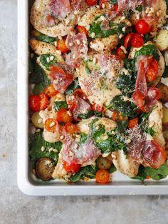 Kylling med spekeskinke er en hel middag i seg selv! Poteter, spinat, tomater og ost er også en del av retten som serveres rett fra formen. Flott og godt!