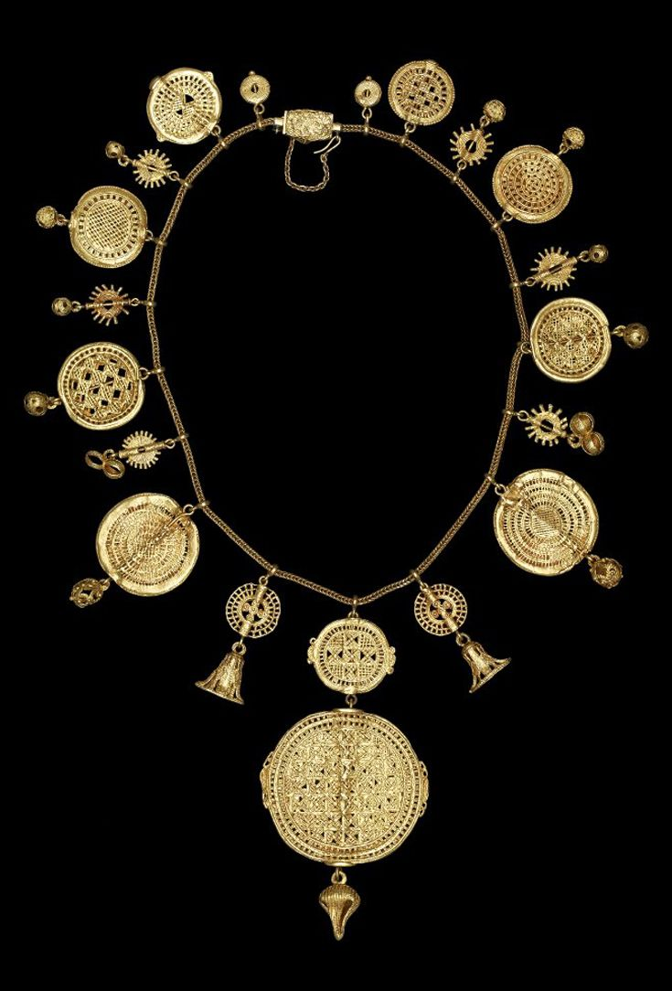 Pretty pretty. Africa | A gold necklace from the Asante people, Ghana.  Probably from the Royal Palace, Kumase | 19th century