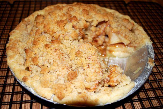 pastel de manzana holandés para comer caliente acompañado de una bocha de helado de vainilla