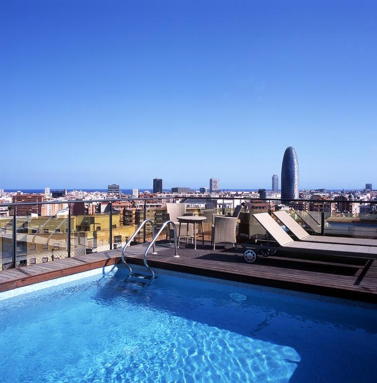 Fabulosa piscina en la terraza del Hotel Catalonia Atenas. Podrás contemplar las vistas de Barcelona mientras te das un chapuzón. www.hoteles-catal...