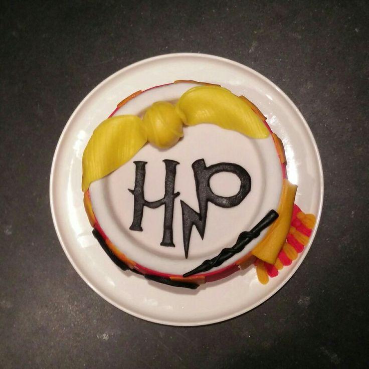 Harry potter cake | snaai | griffoendor sjaal | bril | zegevlier | always | suikerpasta | verjaardagstaart | zwart goud geel rood