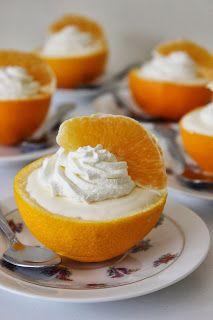 Gevulde sinaasappels zo lekker fris/zoet wil je elke dag eten  grediënten  4 grote sinaasappels + eventueel 1 extra voor garnering 5 blaadjes gelatine (8 gram) 300 g sinaasappelsap, vers geperst sap van 1 citroen 100 g kristalsuiker + eventueel extra voor garnering 400 g slagroom + eventueel extra voor garnering Extra nodig: