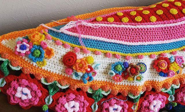 Dank jullie wel voor de super lieve reacties echt heel lief!! Vandaag weer even heerlijk verder gehaakt. Hier thuis wordt deze sjaal toch wel de beste die ik ooit heb gehaakt genoemd zo leuk! #bloemencorsosjaal #adindasworld #flowersmakemehappy #flowerpower #haken #crochet #color