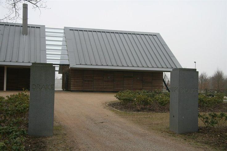 Drakenburg Baarn. Naar ontwerp van Nieuw Nederland Architecten, uit 2006. Het huis heeft een traditionele, boerderij-achtige verschijningsvorm, met een flinke kap.