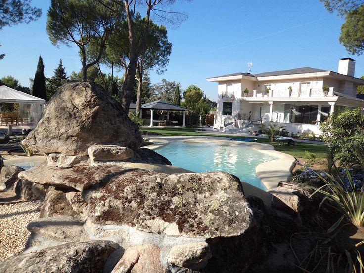 Hemos construido esta preciosa piscina de arena en el jardín de una vivienda particular. Para integrarla en el entorno, hemos realizado toda una labor de paisajismo, añadiendo una gran jardinera dentro de la playa.  #piscina #arena #arenanatural #jardin #paisajismo #vivienda #familia